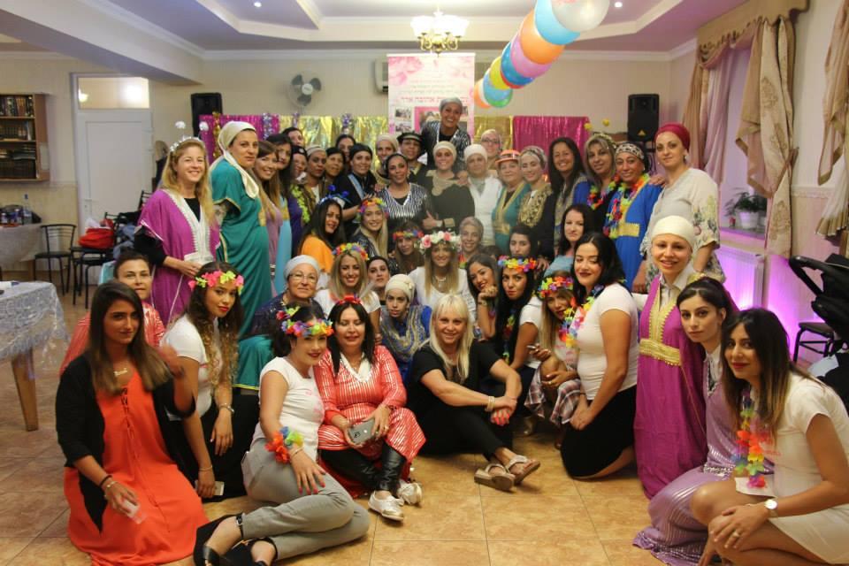 קבוצת נשים במסיבה אצל רבי נחמן