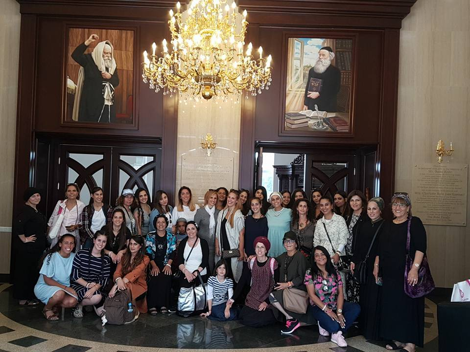 קבוצת נשים בבית כנסת של בעל התניא