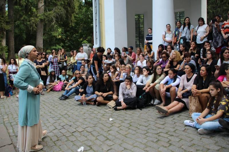 הרבנית אהובה מעבירה הסבר לנשים בגן סופיה