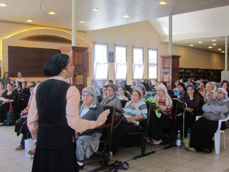 הרבנית אהובה מעבירה שיעור באומן לנשים