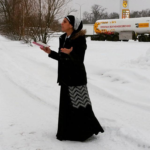 הרבנית אהובה ארד מתפללת בשלג בקייב