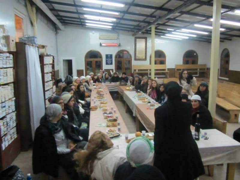 הרבנית אהובה ארד מעבירה הפרשת חלה לנשים
