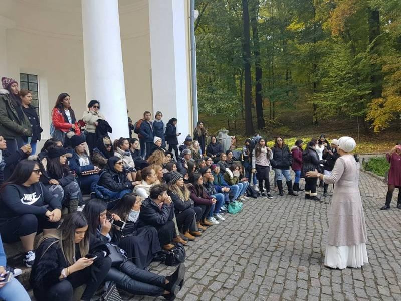 הרבנית אהובה מעבירה הסבר בגן סופיה