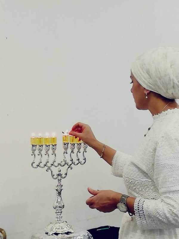 הרבנית אהובה מדליקה נרות חנוכה