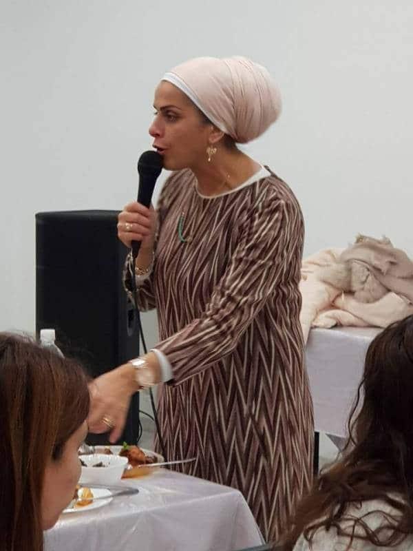 הרבנית אהובה מדברת במיקרופון