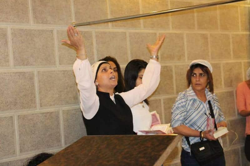 הרבנית אהובה ארד מרימה ידיים ומתפללת