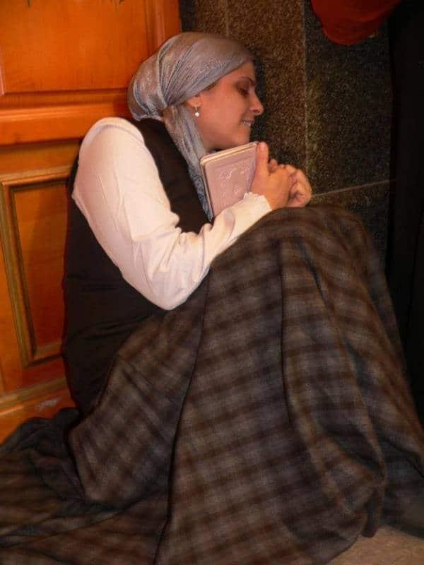 הרבנית אהובה מתפללת בציון רבי נחמן