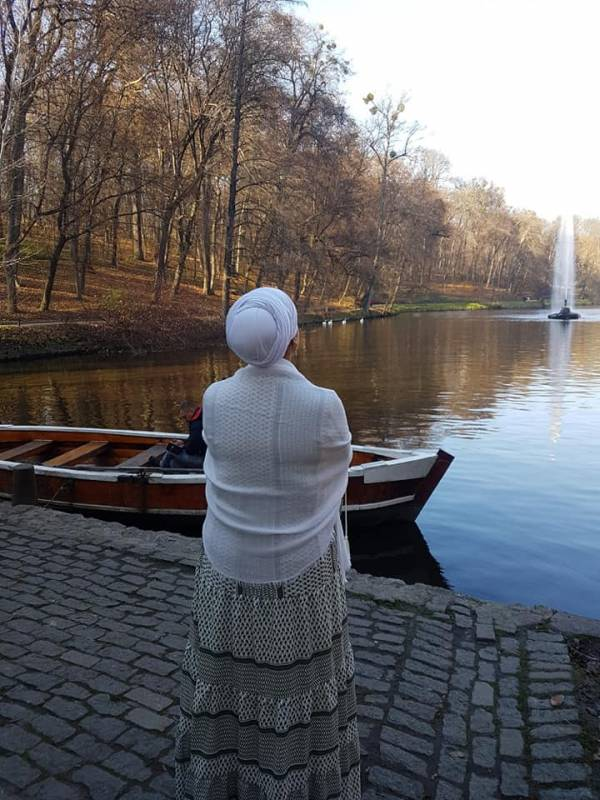 הרבנית אהובה מתבודדת בגן סופיה