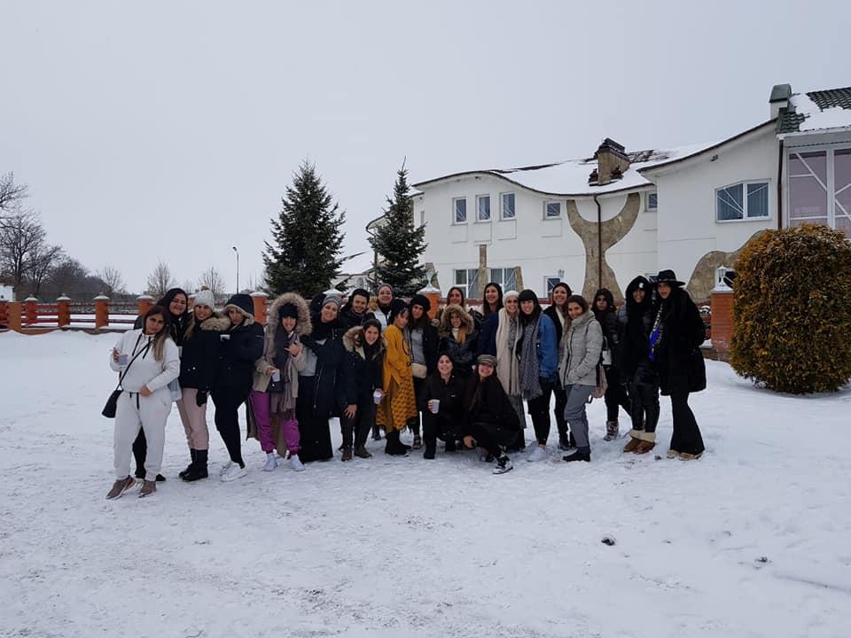 קבוצת נשים בשלג באומן