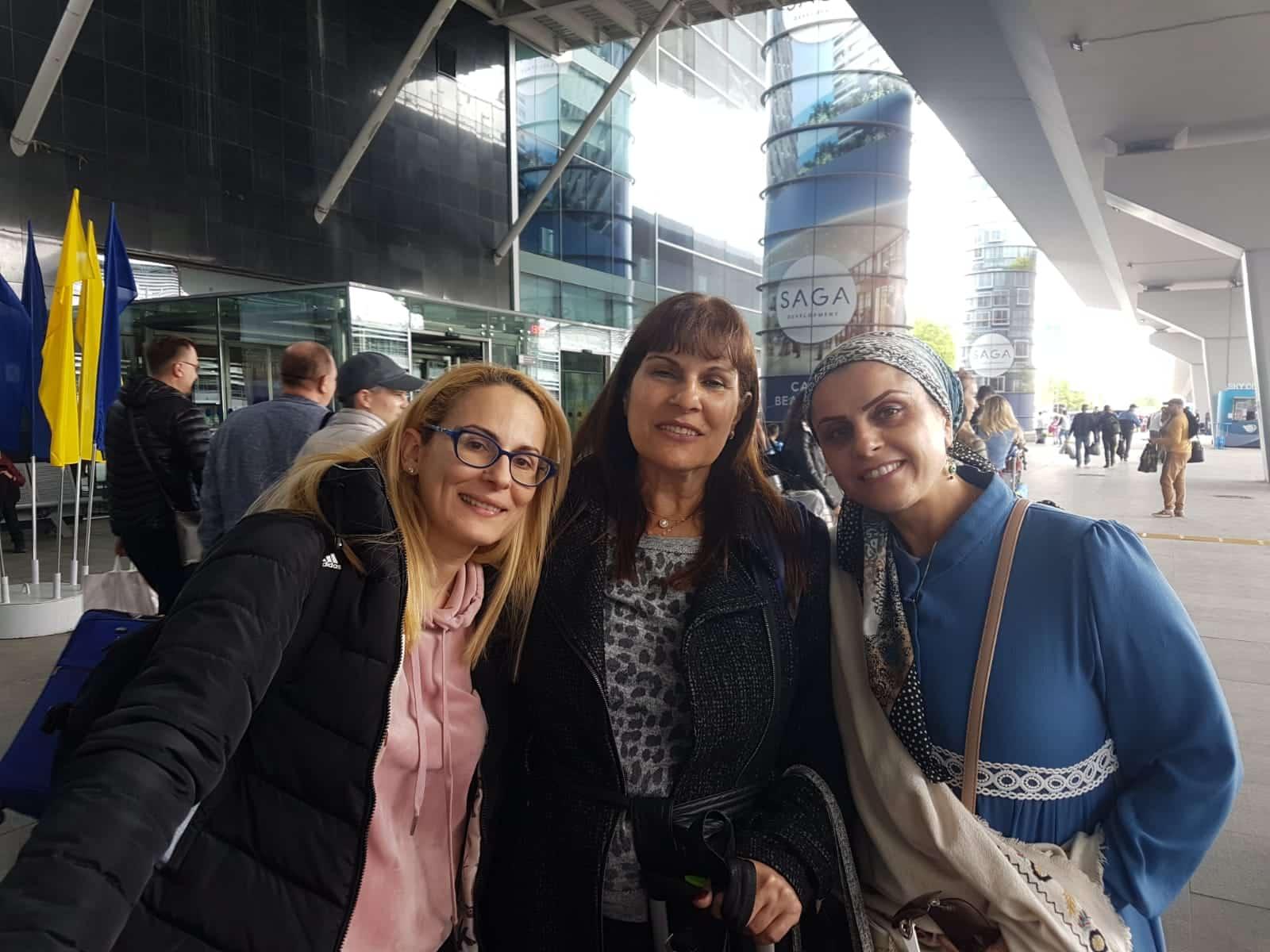 אהובה עם 2 נשים טסות לאומן